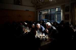 Reuters: Μετά από 7 χρόνια μνημονίων οι Έλληνες βυθίζονται ακόμη πιο βαθιά στη φτώχεια! (ΦΩΤΟ)