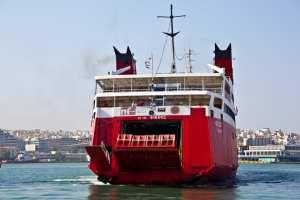 """Με το «Φοίβος» προωθήθηκαν στο λιμάνι του Πειραιά 399 επιβάτες του """"Απόλλων Ελλάς"""" μετά την σύγκρουση στην Αίγινα"""