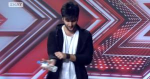 Χ-FACTOR: Ο παίκτης χρησιμοποίησε μπουκάλι αντί για μικρόφωνο! (ΒΙΝΤΕΟ)
