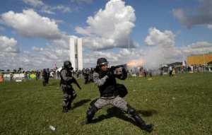 Διαδηλωτές έβαλαν φωτιά σε υπουργείο στη Βραζιλία! (ΦΩΤΟ-ΒΙΝΤΕΟ)