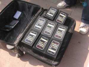 Σχεδόν το ένα στα πέντε κινητά τηλέφωνα και η μία στις τέσσερις κονσόλες βιντεοπαιχνιδιών που διακινούνται διεθνώς είναι απομιμήσεις