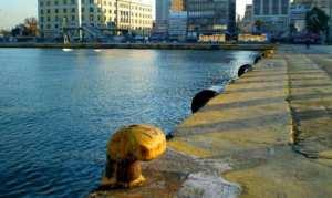 Έπεσε ΙΧ στο λιμάνι του Πειραιά