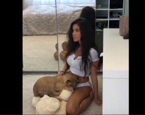 Σέξι μοντέλο - χαριτωμένο λιονταράκι 0-1: Είναι απίστευτο αυτό που έκανε! (ΒΙΝΤΕΟ)