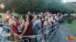 Στην γιορτή σαρδέλας, βρέθηκε πολύς κόσμος που περίμενε στην ουρά για ένα πιάτο με σαρδέλες, ντοματοσαλάτα, ψωμί και ρετσίνα (ΦΩΤΟ)