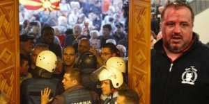 Χάος στα Σκόπια: Τραυματίστηκε η αρχηγός της αντιπολίτευσης και τουλάχιστον τέσσερις βουλευτές, ένας σοβαρά, ύστερα από εισβολή εθνικιστών διαδηλωτών στη Βουλή εξαιτίας της εκλογής του αλβανικής καταγωγής Ταλάτ Τζαφέρι στη θέση του προέδρου της Βουλής- Δείτε LIVE (ΦΩΤΟ-ΒΙΝΤΕΟ)