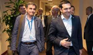 Bloomberg: Στους διαδρόμους του Μεγάρου Μαξίμου, οι συζητήσεις επικεντρώνονται στο πότε ακριβώς η Ελλάδα θα βγει στις αγορές