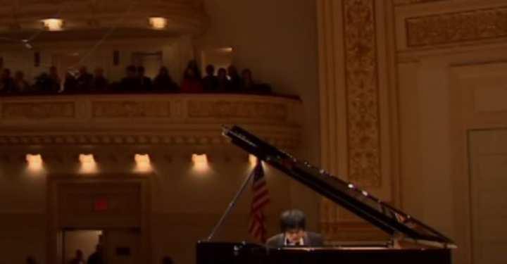 Η συγκινητική στιγμή που ο τυφλός πιανίστας ξεσπά σε κλάματα επί σκηνής (ΒΙΝΤΕΟ)
