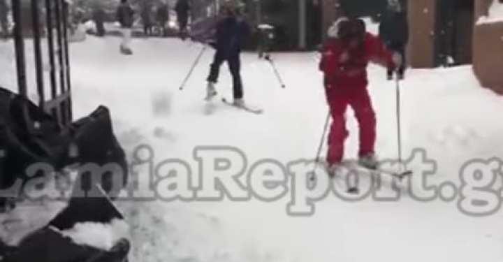 Τέλειο! Κάνουν σκι στο κέντρο της Λαμίας!