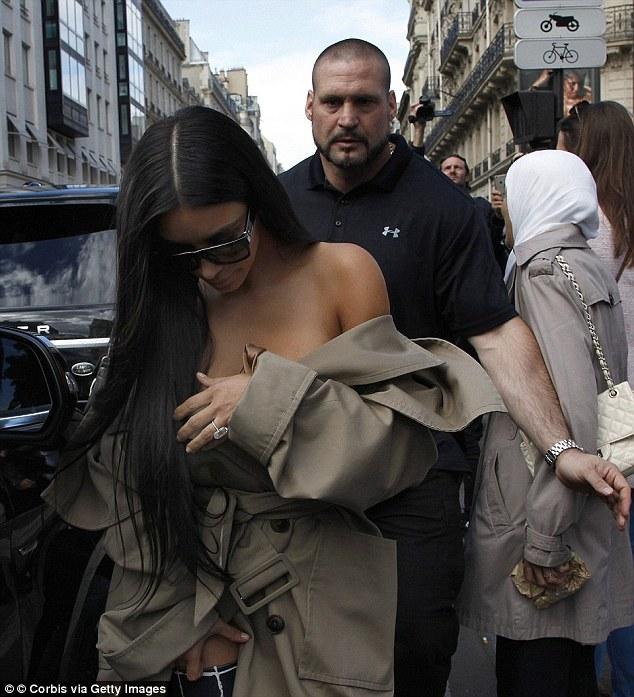 Η Κιμ Καρντάσιαν περιέγραψε τη ληστεία: Φορούσα το μπουρνούζι, χωρίς εσώρουχα…
